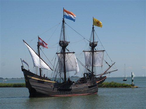 VOC replica de Halve Maen in Volendam, Noord-Holland