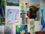 Kleurige schilderijen en glaskunst