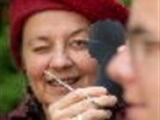 Jeanet Willems knipt portretten in Velp