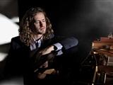 Kerstconcert zanger-pianist Roon Staal